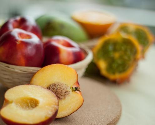 Low-carb-obst-Pfirsich-obstteller-obstsalat-und-obstsmoothie