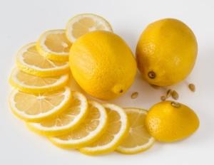 Bio-Zitronen aufgeschnitten